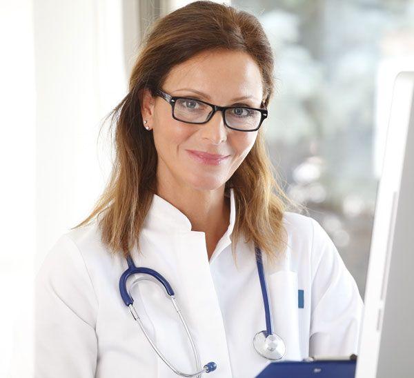 Una doctora sonriendo a la cámara