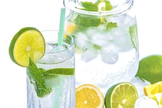 Agua con limón y hierbabuena