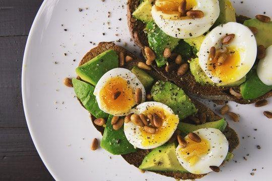 Tosta de huevos y aguacate para evitar engordar en la menopausia