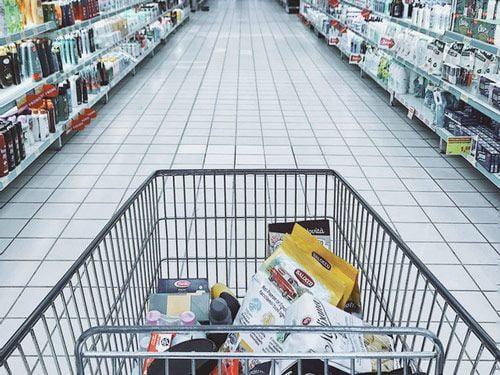 Un carrito de la compra en el supermercado