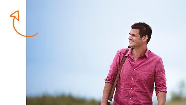 Un chico con camisa rosa paseando