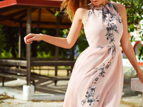 Una chica vestida de forma elegante en el campo