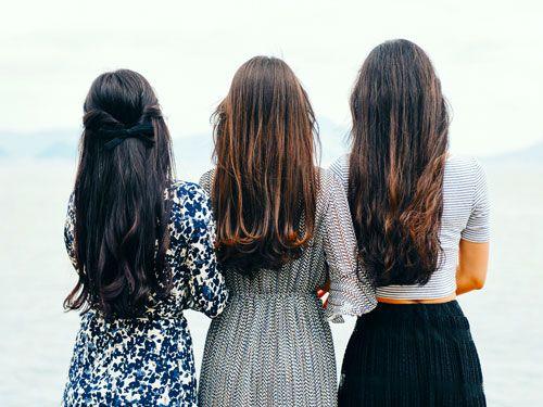 Tres-mujeres-de-espaldas-con-el-cabello-largo