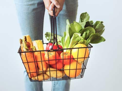 Cesta de la compra con verduras