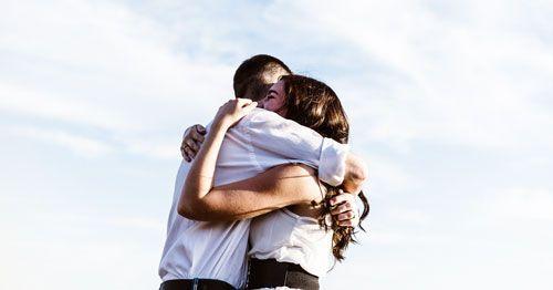 Abrazo_chica_chico