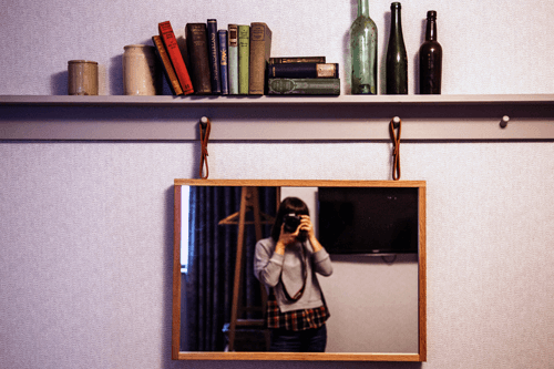 Chica haciéndose uan foto en el espejo