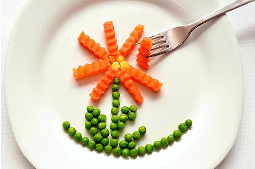 Un original plato de guisantes con zanahoria
