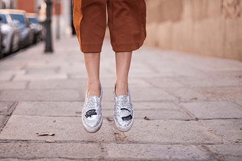 Una mujer da un salto en la calle