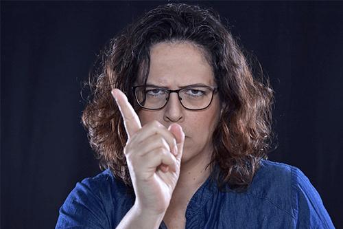 Mujer enfadada riñendo