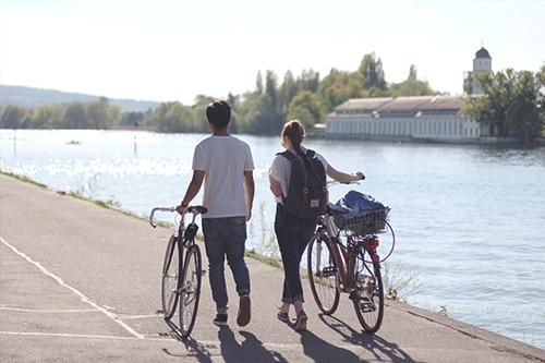 Dos personas paseando en bici