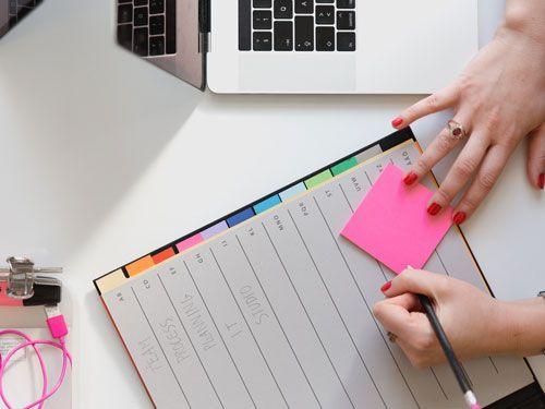 Manos-escribiendo-en-una-agenda