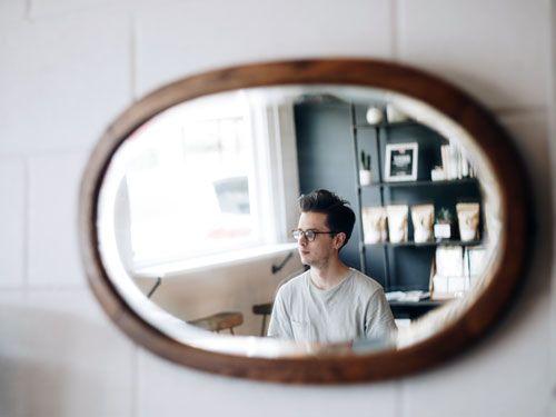 Persona-en-un-campo-de-plantas-con-un-espejo-en-la-cabeza_2
