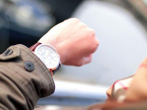 Persona-mirando-un-reloj-de-pulsera-en-su-propia-muneca