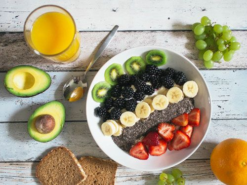 Plato-de-ensalada-de-frutas-con-tostadas