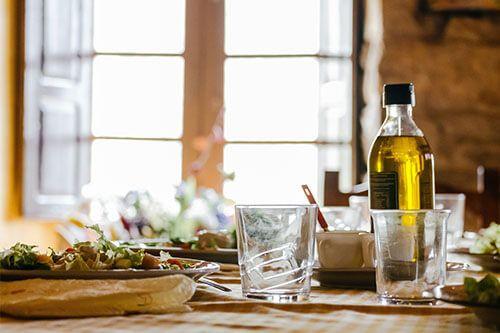 Aceite de oliva en una mesa