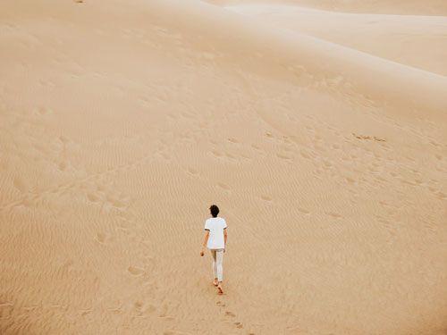 Mujer-caminando-por-el-desierto