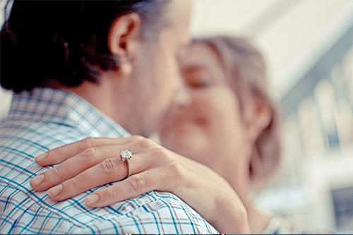 Una mujer agarrando a su marido por el hombro