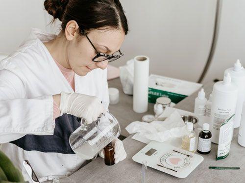 mujer-cientifica-investigando