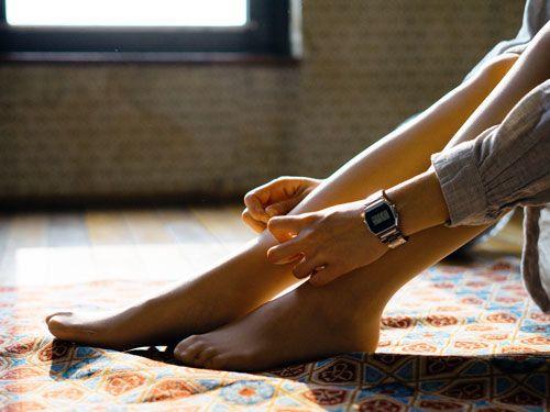 piernas-y-manos-de-mujer-sentada-en-el-suelo
