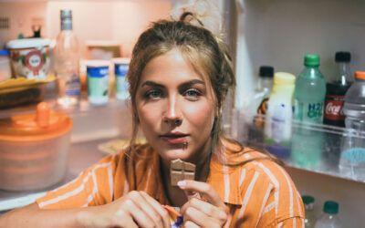 Por qué tienes atracones de comida y 8 consejos para evitarlos