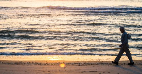 Persona paseando por la playa