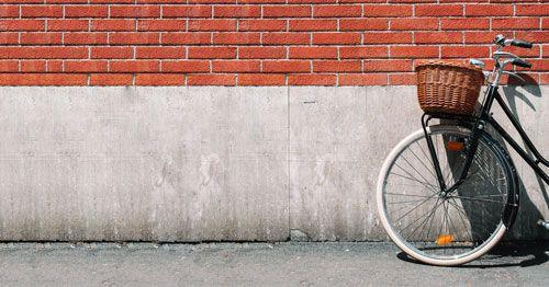 Bicicleta-apoyada-sobre-una-pared-de-ladrillos