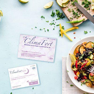 Cajas-climafort-y-climafort-sueno-sobre-una-mesa-con-comida_