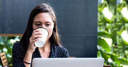 Chica-mirando-a-un-ordenador