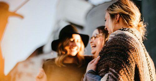 Grupo-de-mujeres-interactuando