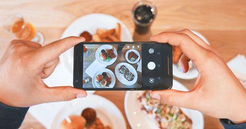 Persona-fotografiando-platos-de-comida