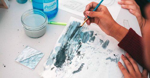 Persona-pintando-con-acuarela