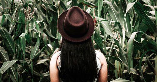 mujer-de-espaldas-frente-a-un-campo-de-maiz
