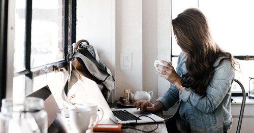 mujer-mirando-en-un-ordenador-portatil
