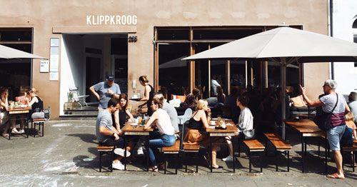personas-comiendo-en-una-terraza