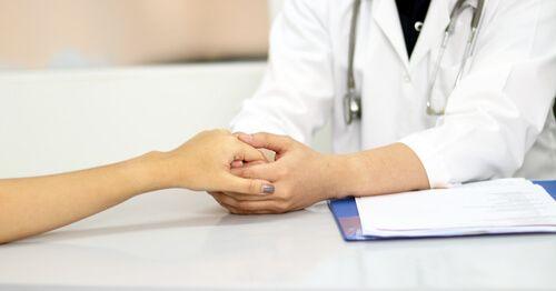 Doctora-cogiendo-la-mano-de-paciente (1)