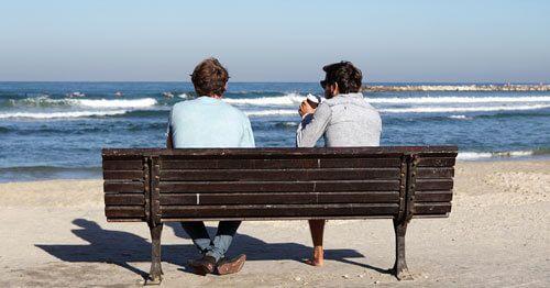Dos-hombres-hablando-frente-al-mar-como-ayuda-para-controlar-la-ansiedad