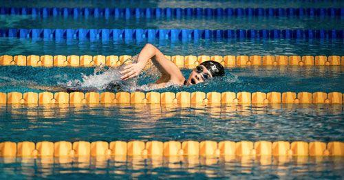 El-deporte-es-una-buena-terapia-para-controlar-los-sintomas-de-la-ansiedad---Persona-nadando-en-piscina