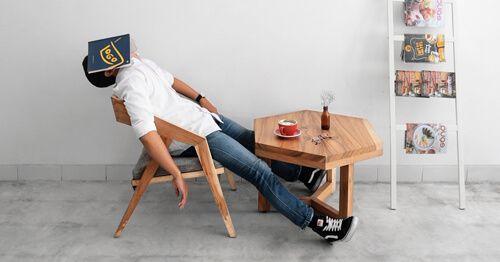 Hombre-durmiendo-en-una-silla