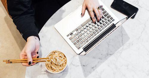 Persona-comiendo-frente-al-ordenador