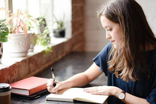 Una chica escribe en su libreta