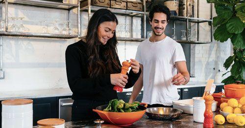 Cocinar-en-compania-es-una-buena-forma-de-evitar-atracones