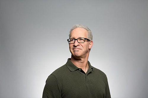 Un hombre de mediana edad sonriendo