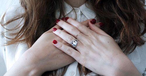 Los-sintomas-fisicos-de-la-ansiedad-pueden-manifestarse-en-el-pecho---mujer-tocandose-el-pecho