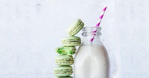 Una-botella-de-leche-con-macarons-verdes
