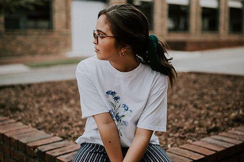 Una chica mirando al lado