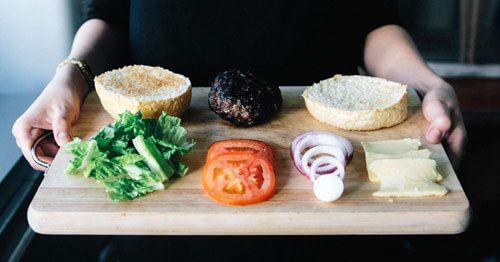 ingredientes-de-una-hamburguesa-sobre-tabla-de-madera---como-mantener-el-orden-en-las-comidas