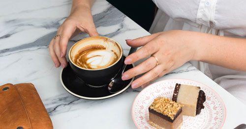 mujer-con-taza-de-cafe