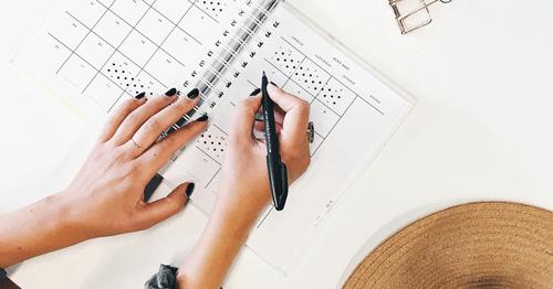 mujer-escribiendo-en-una-agenda