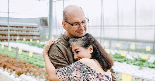pareja-de-mediana-edad-abrazandose---menopausia-y-embarazo