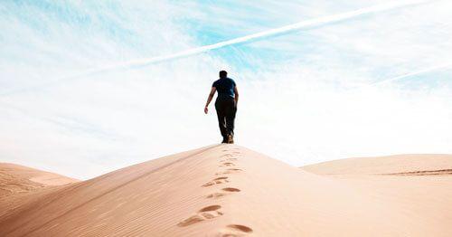 persona-caminando-por-el-desierto